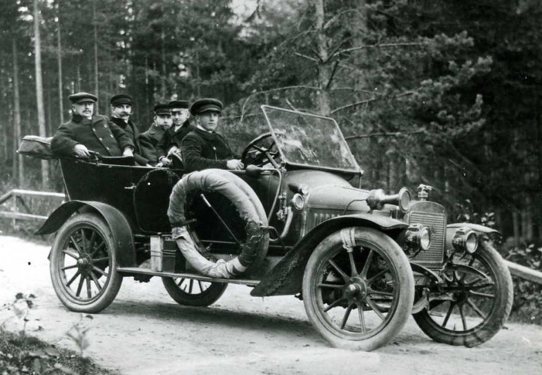 Suomalaista autoilua 1920-luvulla. Lähde: Wikipedia